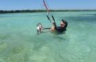 cours kitesurf guadeloupe chausser la planche